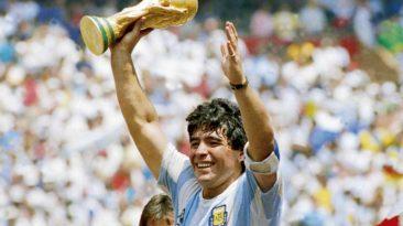 Diego Armando Maradona con in mano una coppa dopo una vittoria