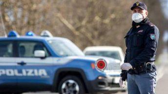 Macchina polizia con poliziotto con paletta in mano